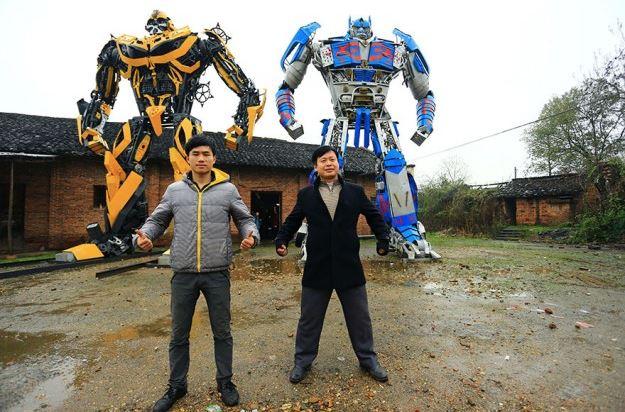 Padre e hijo convierten partes de coches en increibles Transformers 1