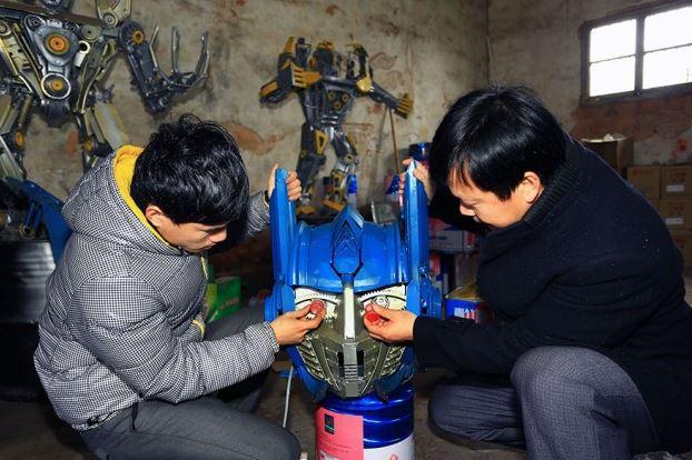 Padre e hijo convierten partes de coches en increibles Transformers 3