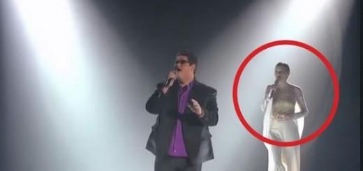 Un maravilloso cantante sube al escenario, Pero Cuando Llega la 2ª voz...Emocionante!