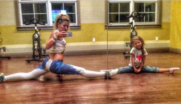 A ella le encanta hacer Ballet con su madre, Dari Borun.